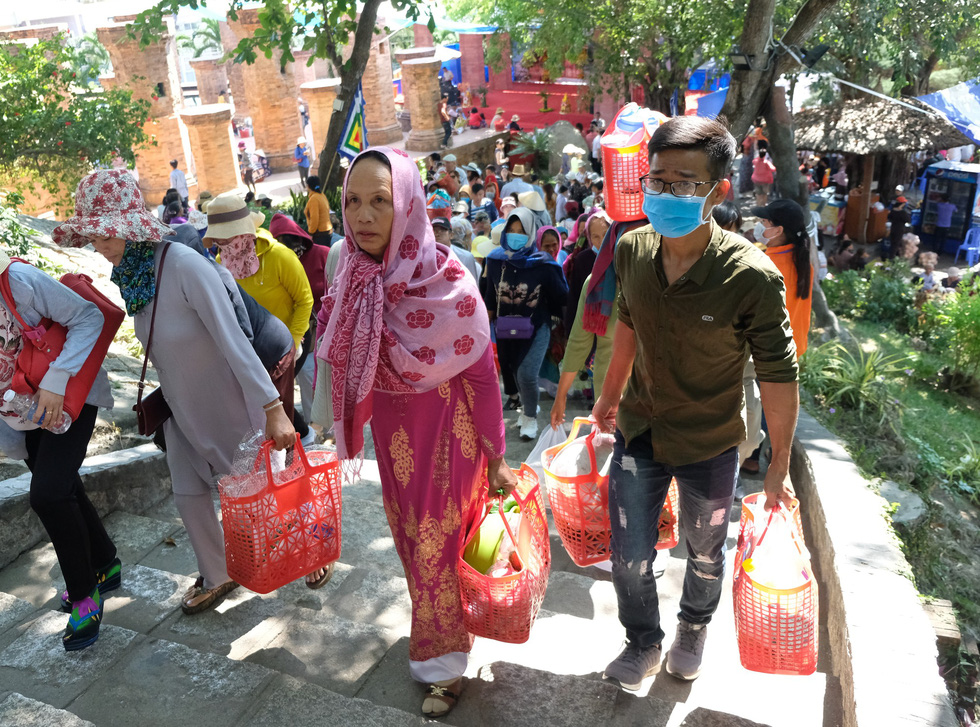 Hàng ngàn người hành lễ ở Tháp Bà Ponagar - Ảnh 9.