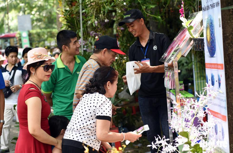 Check-in công viên Tao Đàn ngắm hoa lan trong Sắc màu nhiệt đới - Ảnh 9.
