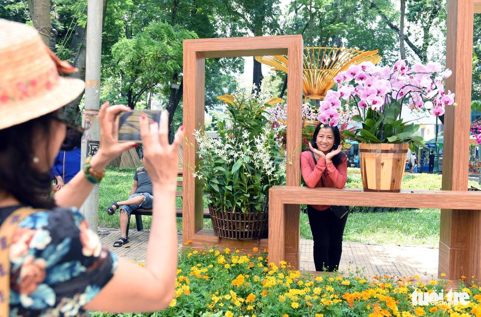 Check-in công viên Tao Đàn ngắm hoa lan trong Sắc màu nhiệt đới - Ảnh 10.