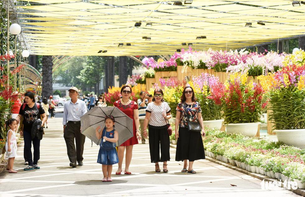 Check-in công viên Tao Đàn ngắm hoa lan trong Sắc màu nhiệt đới - Ảnh 1.
