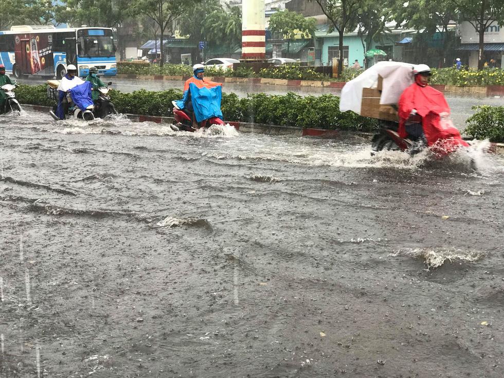 Heavy rain in many areas and heat for holidays Ho Chi Minh City - photo 8.