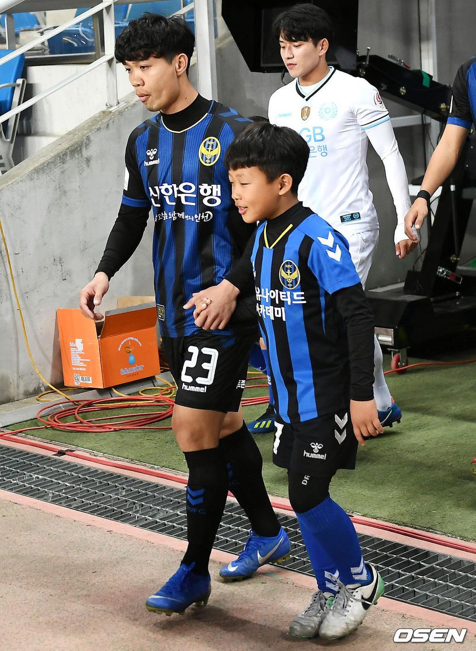 Ảnh Công Phượng thi đấu nỗ lực lần đầu đá chính trên báo Hàn - Ảnh 3.