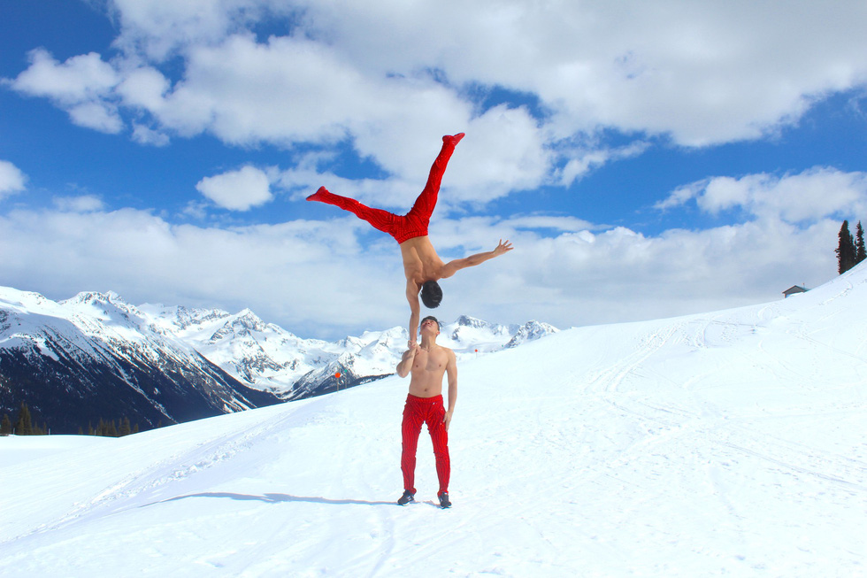 Quốc Cơ - Quốc Nghiệp biểu diễn giữa cái lạnh -10 độ C ở Canada - Ảnh 1.