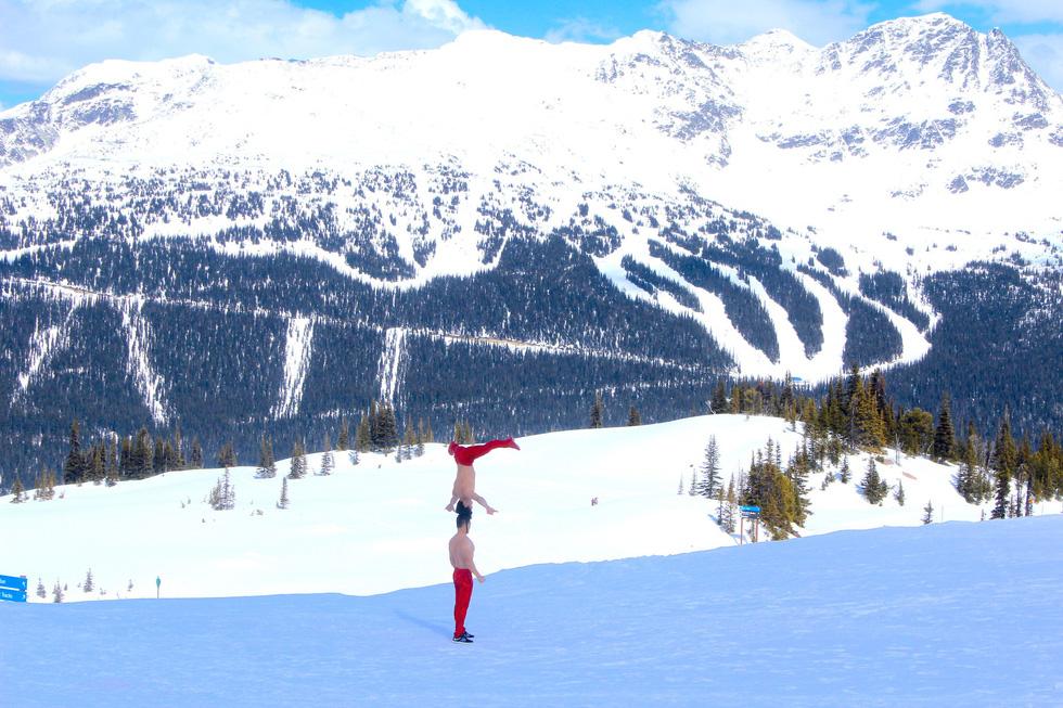 Quốc Cơ - Quốc Nghiệp biểu diễn giữa cái lạnh -10 độ C ở Canada - Ảnh 6.
