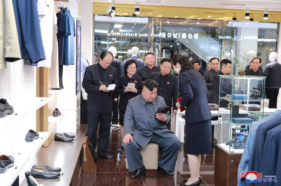 Ông Kim Jong Un tươi cười đi thăm trung tâm hàng xịn - Ảnh 4.