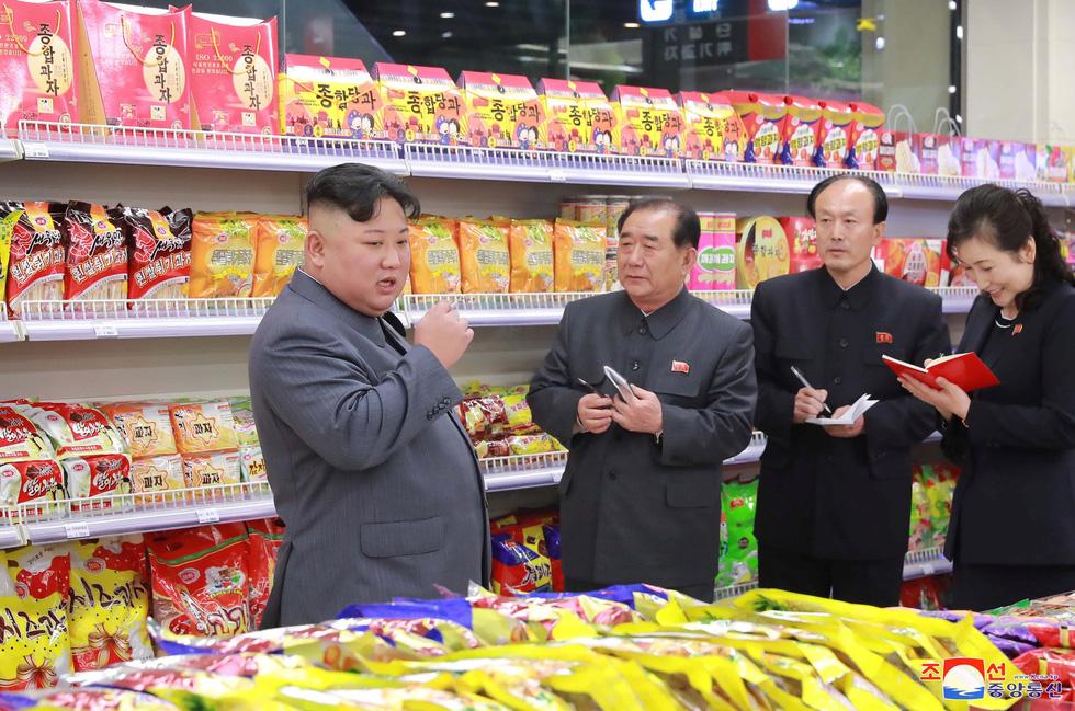 Ông Kim Jong Un tươi cười đi thăm trung tâm hàng xịn - Ảnh 5.