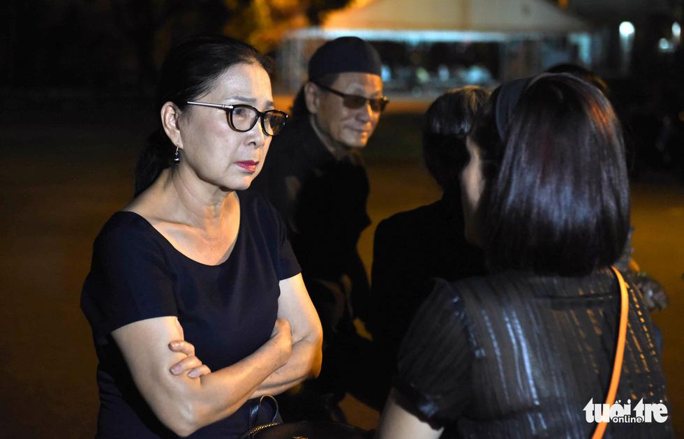 Đồng nghiệp khóc nghẹn trong đám tang nghệ sĩ Lê Bình - Ảnh 12.