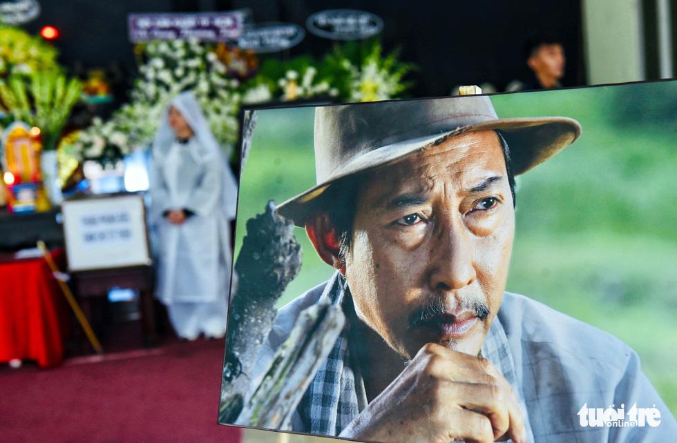 Đồng nghiệp khóc nghẹn trong đám tang nghệ sĩ Lê Bình - Ảnh 1.
