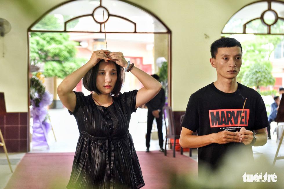 Đồng nghiệp khóc nghẹn trong đám tang nghệ sĩ Lê Bình - Ảnh 6.
