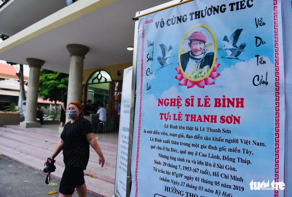 Đồng nghiệp khóc nghẹn trong đám tang nghệ sĩ Lê Bình - Ảnh 13.
