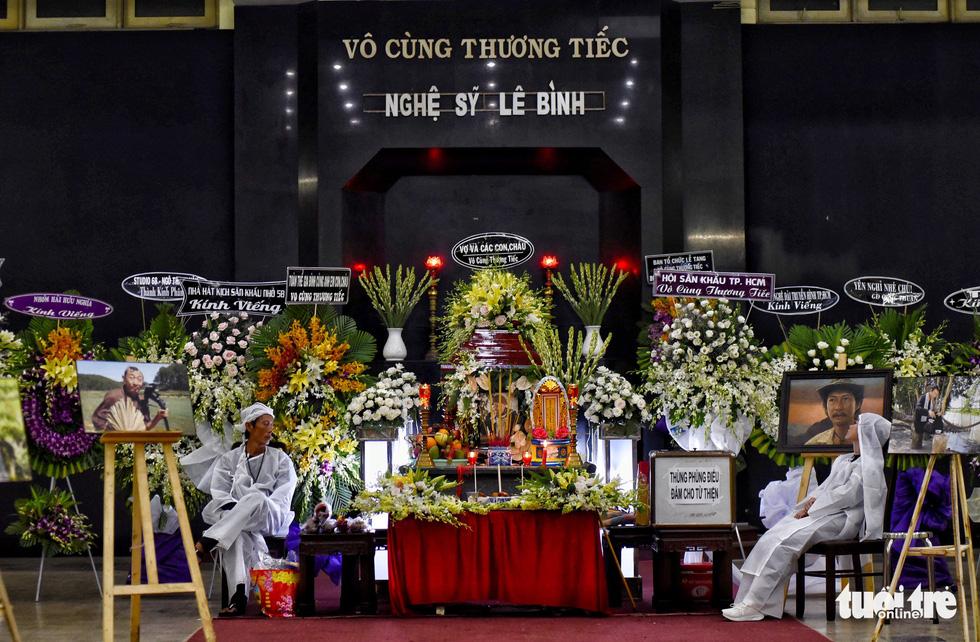 Đồng nghiệp khóc nghẹn trong đám tang nghệ sĩ Lê Bình - Ảnh 2.