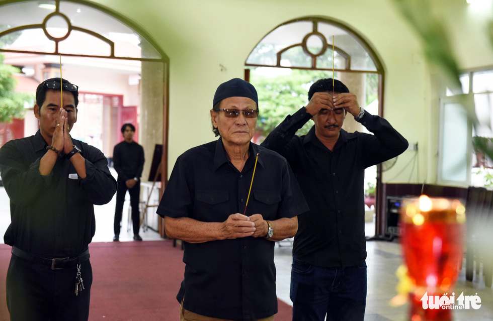 Đồng nghiệp khóc nghẹn trong đám tang nghệ sĩ Lê Bình - Ảnh 8.