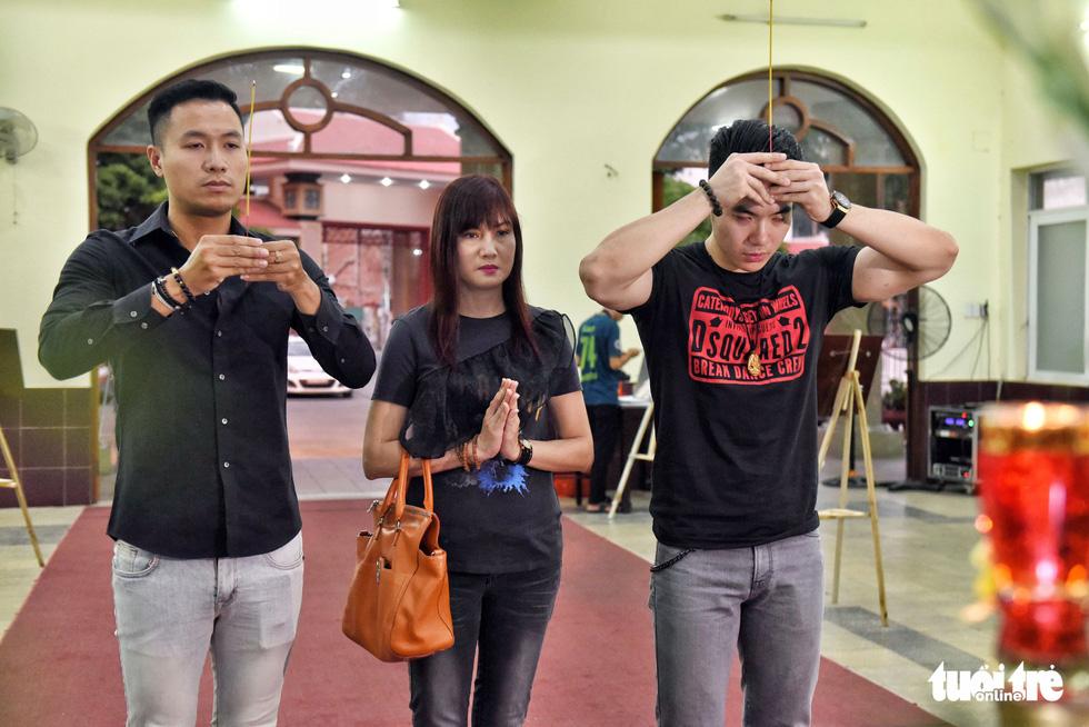 Đồng nghiệp khóc nghẹn trong đám tang nghệ sĩ Lê Bình - Ảnh 9.