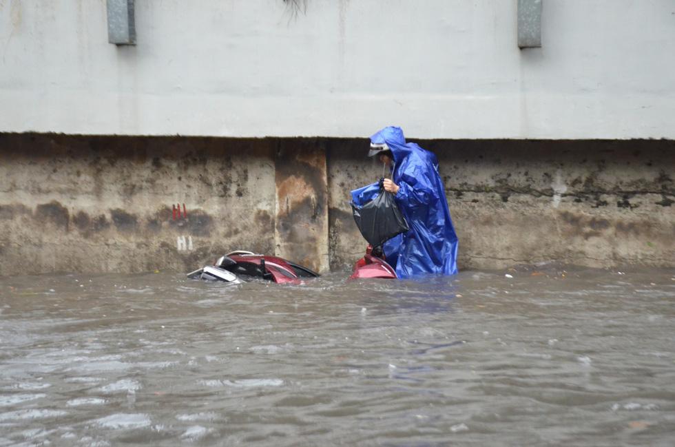 Mới mưa đầu mùa, đường phố TP.HCM ngập mênh mông lênh láng - Ảnh 1.
