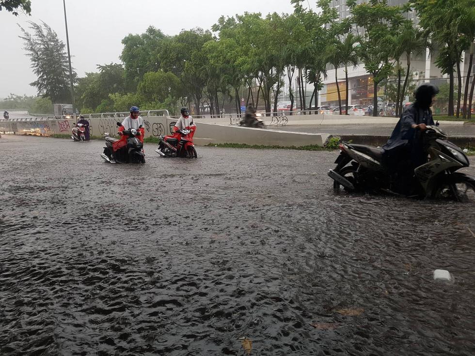 Mới mưa đầu mùa, đường phố TP.HCM ngập mênh mông lênh láng - Ảnh 2.