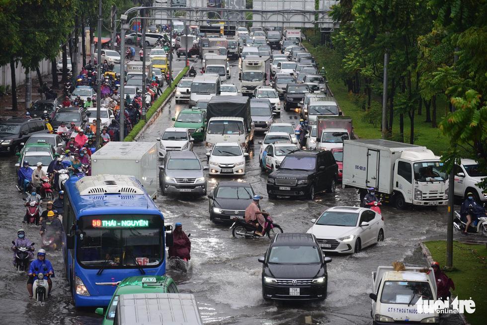 Người dân TP.HCM vật lộn trong mưa đầu mùa gây ngập nửa mét - Ảnh 4.