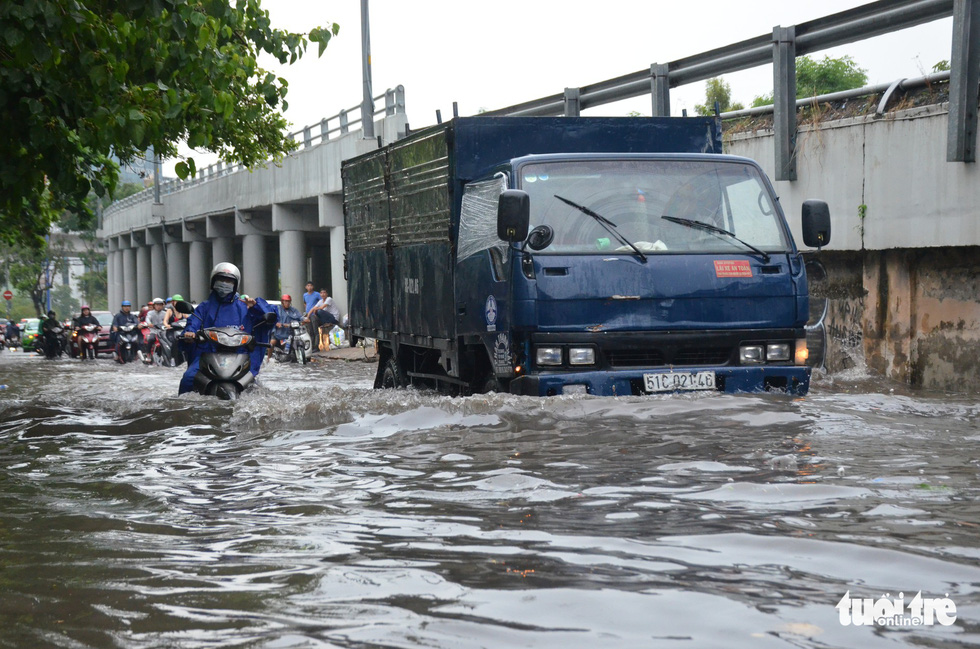 Người dân TP.HCM vật lộn trong mưa đầu mùa gây ngập nửa mét - Ảnh 6.