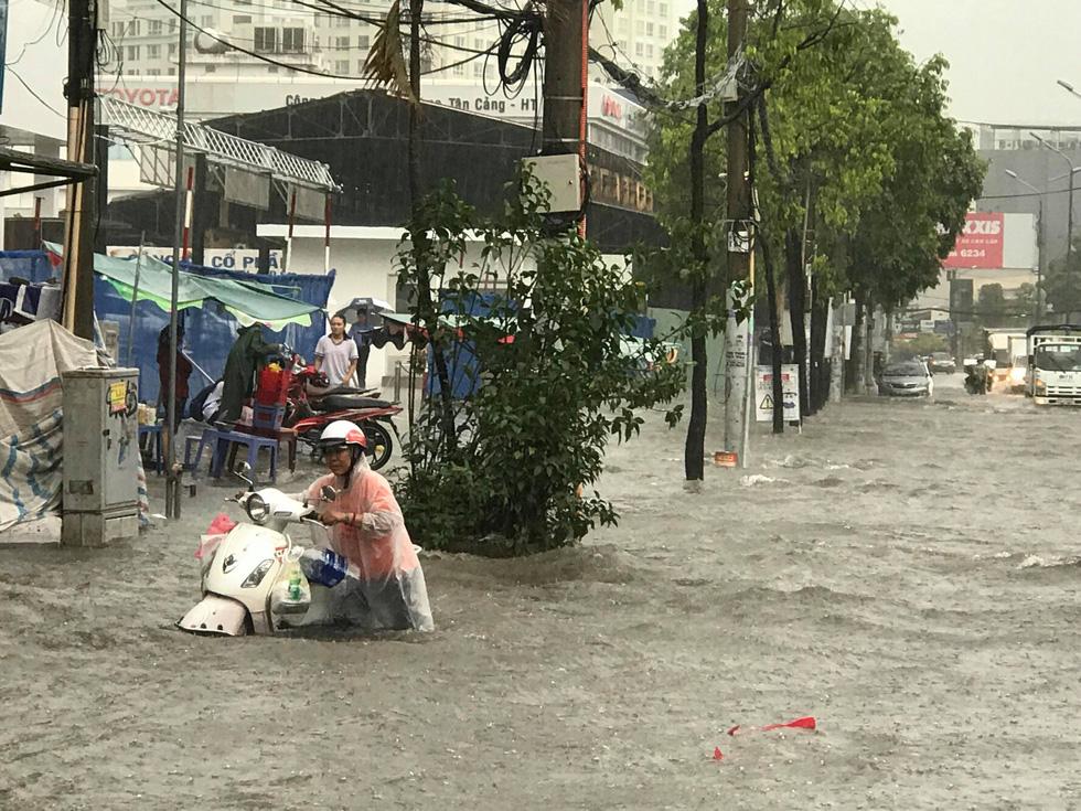 Mới mưa đầu mùa, đường phố TP.HCM ngập mênh mông lênh láng - Ảnh 4.