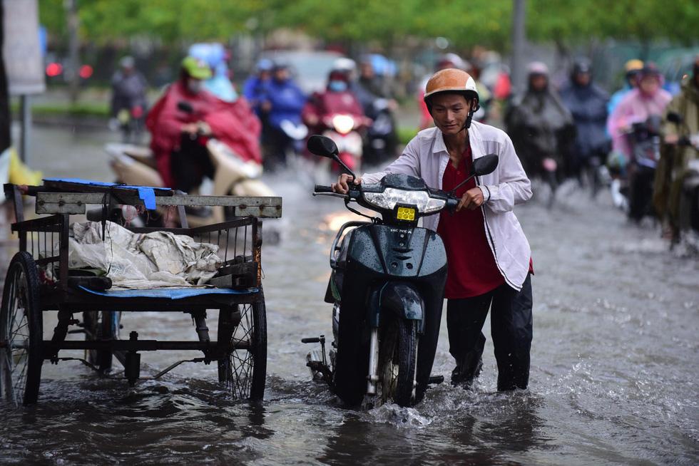Mới mưa đầu mùa, đường phố TP.HCM ngập mênh mông lênh láng - Ảnh 5.