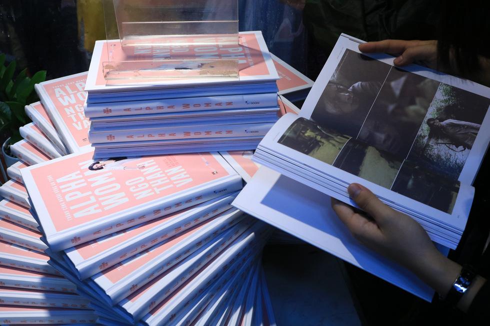 Người hâm mộ đội mưa dự buổi ra mắt sách của đả nữ Ngô Thanh Vân - Ảnh 3.
