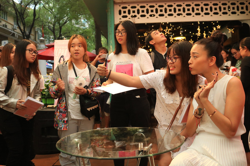 Người hâm mộ đội mưa dự buổi ra mắt sách của đả nữ Ngô Thanh Vân - Ảnh 10.