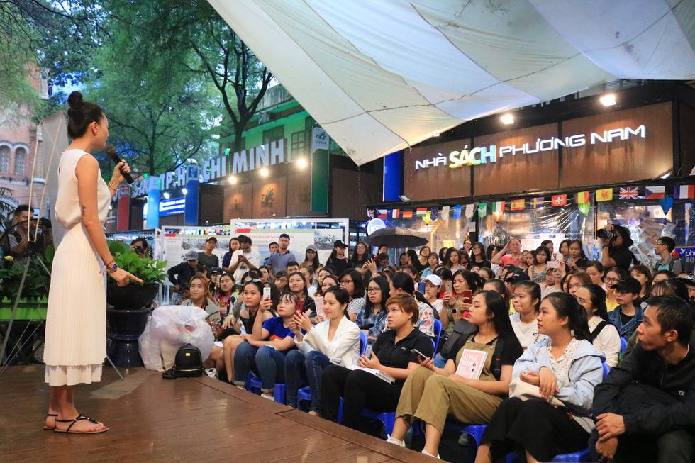 Người hâm mộ đội mưa dự buổi ra mắt sách của đả nữ Ngô Thanh Vân - Ảnh 6.