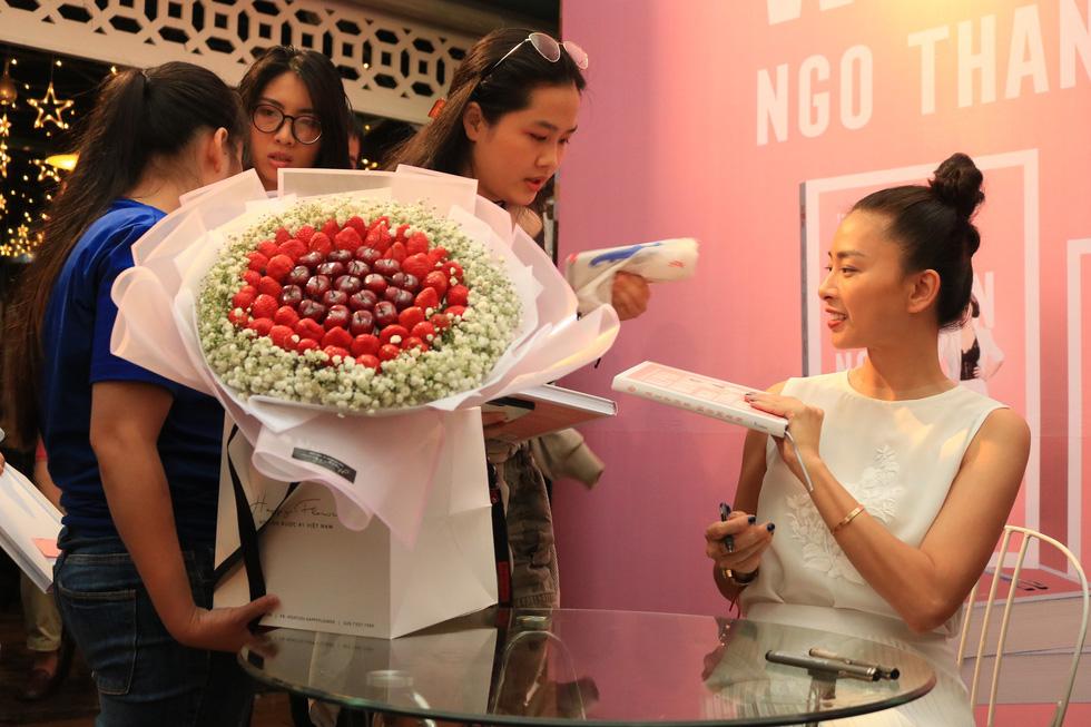 Người hâm mộ đội mưa dự buổi ra mắt sách của đả nữ Ngô Thanh Vân - Ảnh 9.