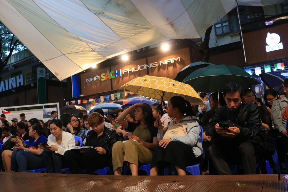 Người hâm mộ đội mưa dự buổi ra mắt sách của đả nữ Ngô Thanh Vân - Ảnh 2.