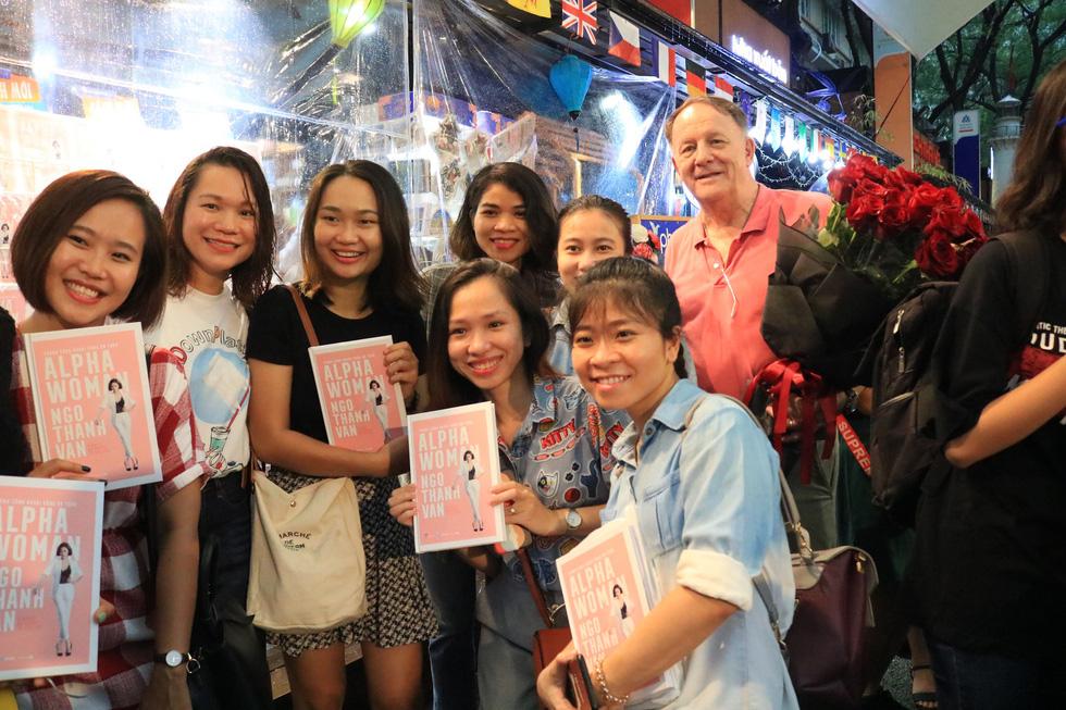 Người hâm mộ đội mưa dự buổi ra mắt sách của đả nữ Ngô Thanh Vân - Ảnh 11.