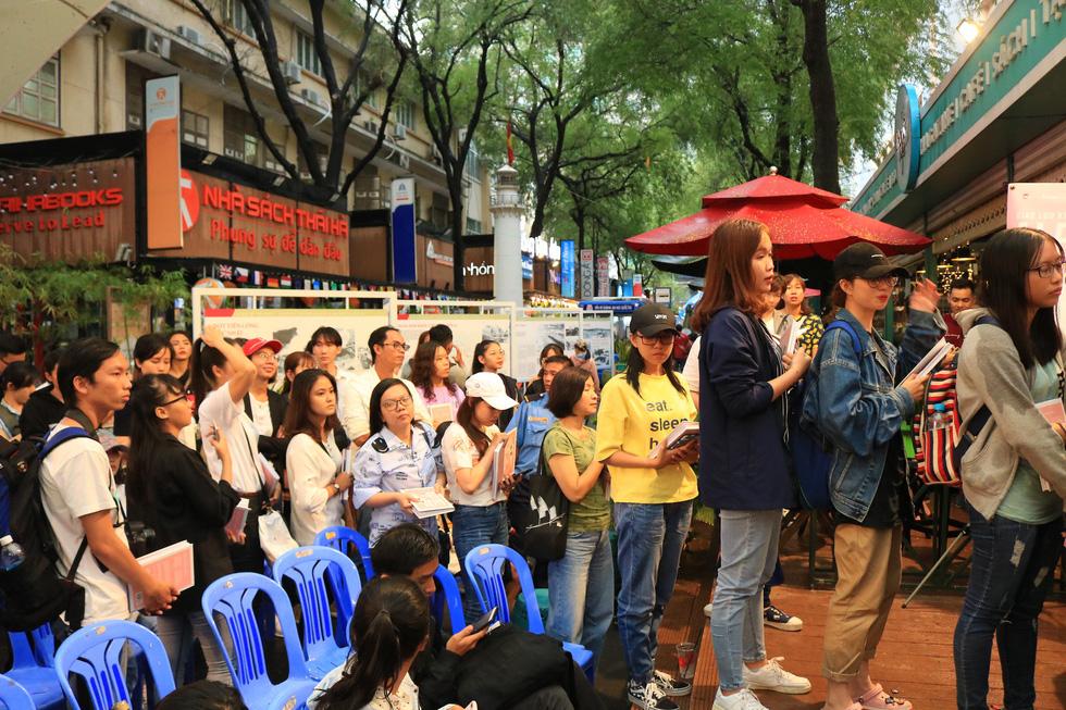 Người hâm mộ đội mưa dự buổi ra mắt sách của đả nữ Ngô Thanh Vân - Ảnh 8.