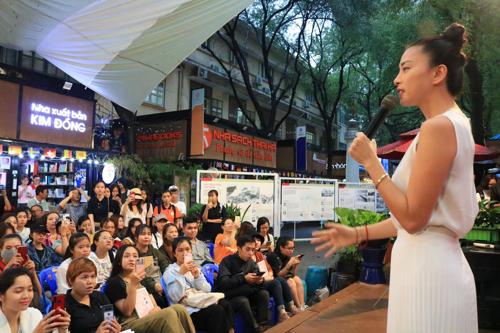 Người hâm mộ đội mưa dự buổi ra mắt sách của đả nữ Ngô Thanh Vân - Ảnh 1.
