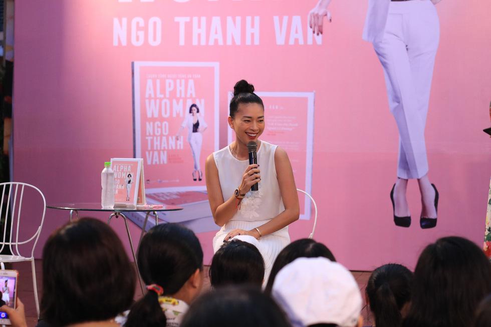 Người hâm mộ đội mưa dự buổi ra mắt sách của đả nữ Ngô Thanh Vân - Ảnh 5.