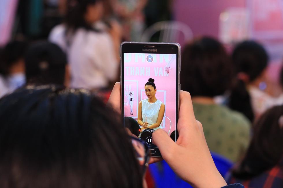 Người hâm mộ đội mưa dự buổi ra mắt sách của đả nữ Ngô Thanh Vân - Ảnh 7.