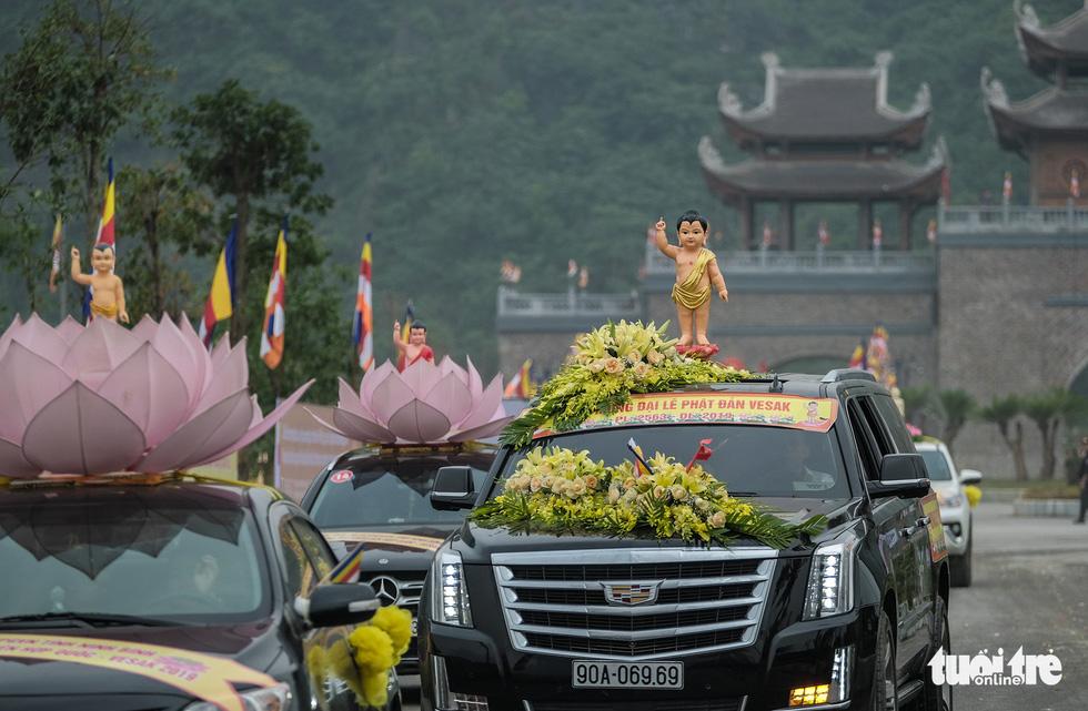 Hơn 400 xe hoa đi từ chùa Bầu đến chùa Tam Chúc mừng Đại lễ Vesak 2019 - Ảnh 5.