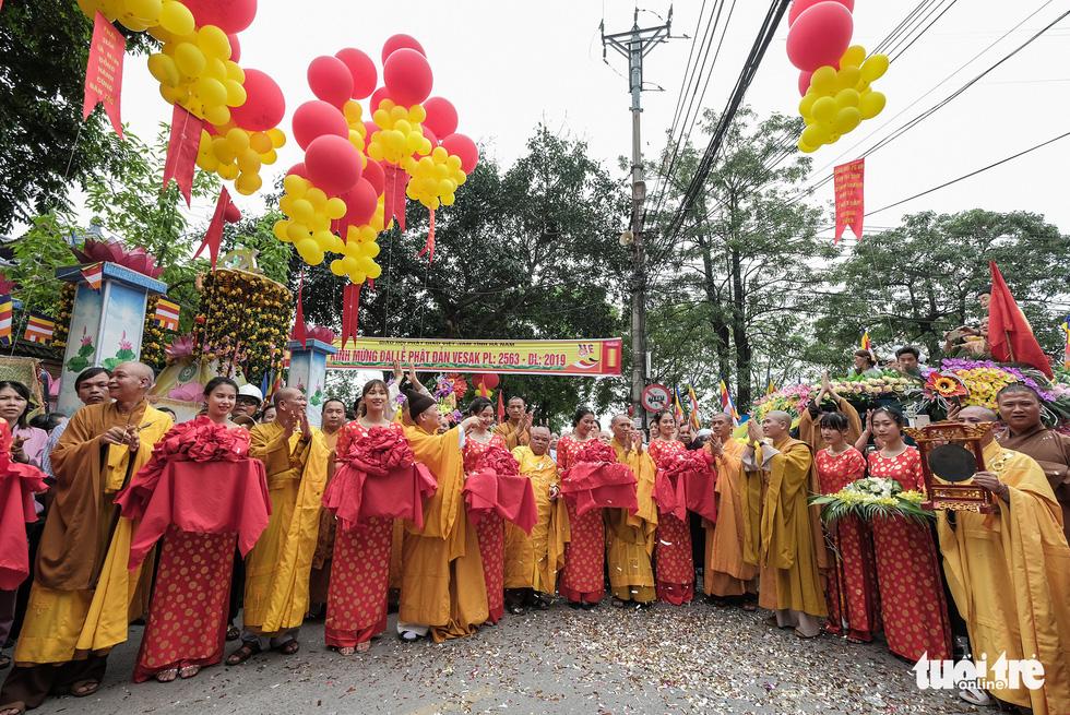 Hơn 400 xe hoa đi từ chùa Bầu đến chùa Tam Chúc mừng Đại lễ Vesak 2019 - Ảnh 2.