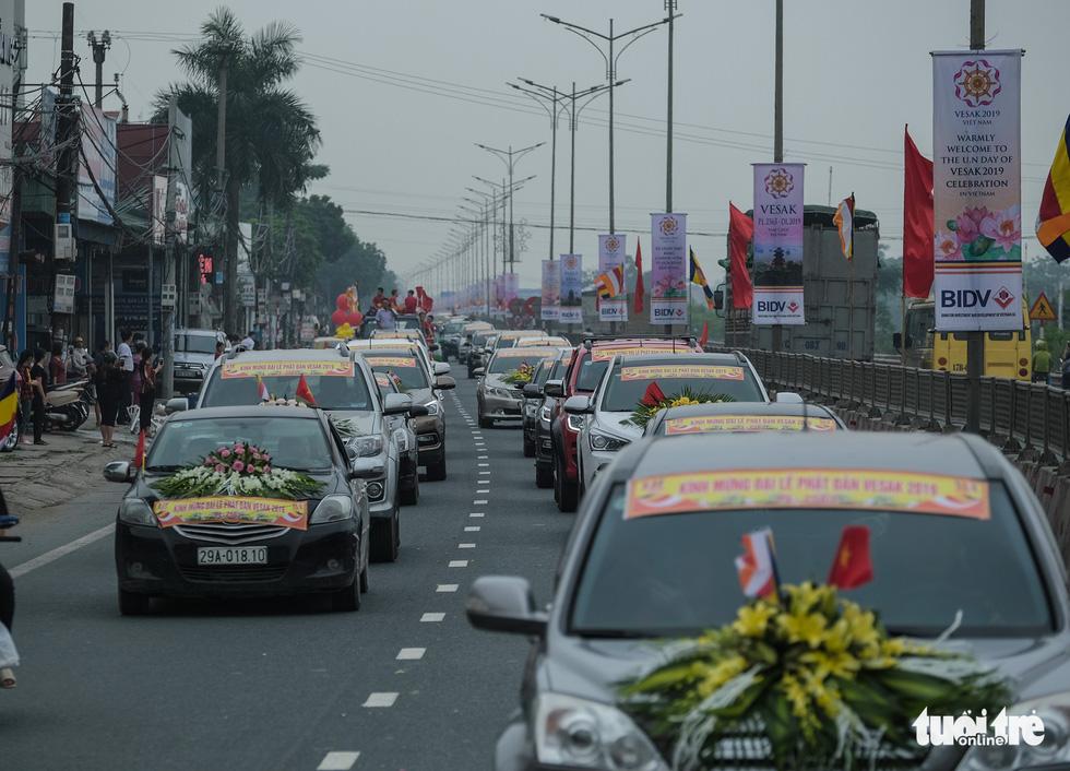 Hơn 400 xe hoa đi từ chùa Bầu đến chùa Tam Chúc mừng Đại lễ Vesak 2019 - Ảnh 3.