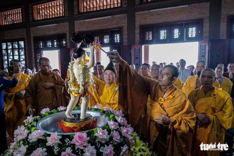 Hơn 400 xe hoa đi từ chùa Bầu đến chùa Tam Chúc mừng Đại lễ Vesak 2019 - Ảnh 1.