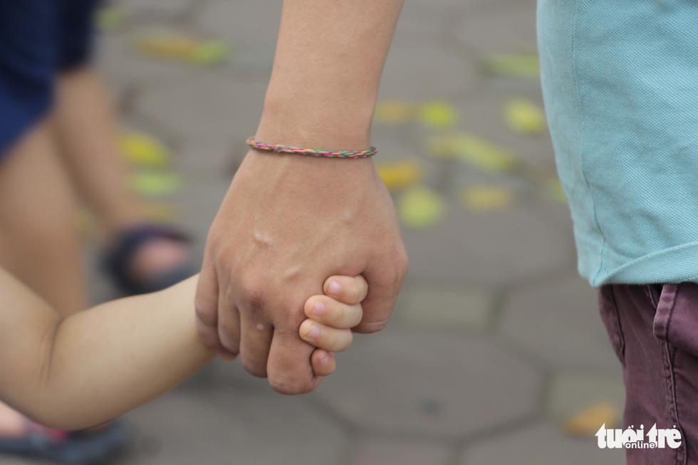 Vợ đã vất vả sinh con, bế con giùm vợ bình thường thôi - Ảnh 4.