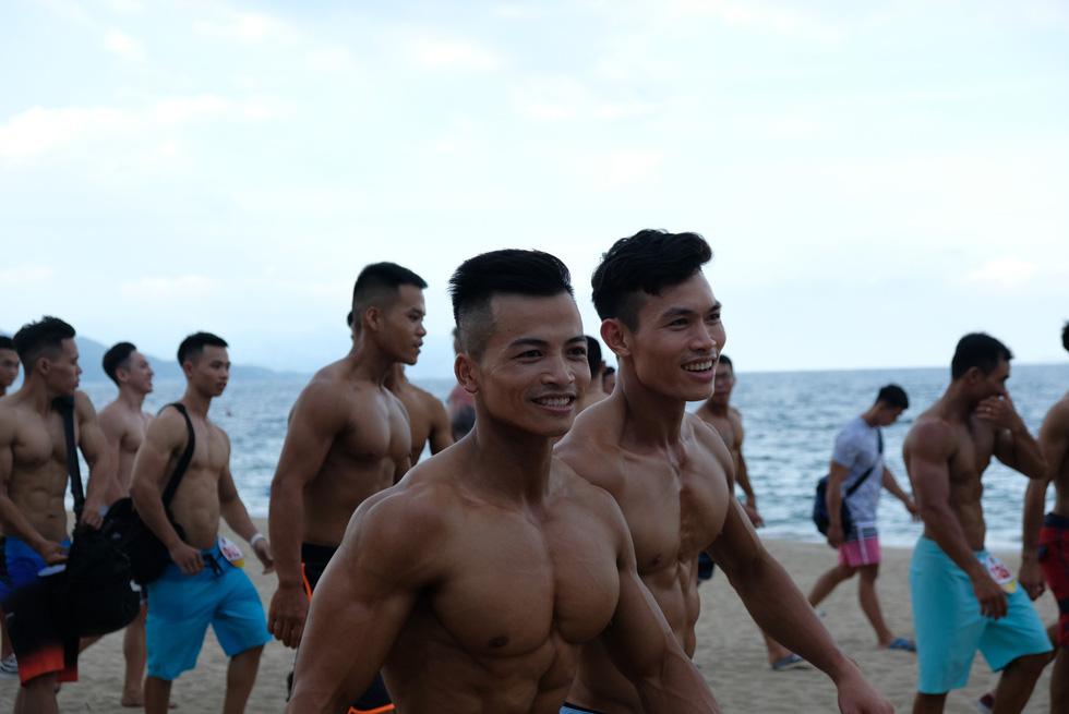 100 vận động viên biểu diễn cơ thể cường tráng bên bờ biển - Ảnh 5.