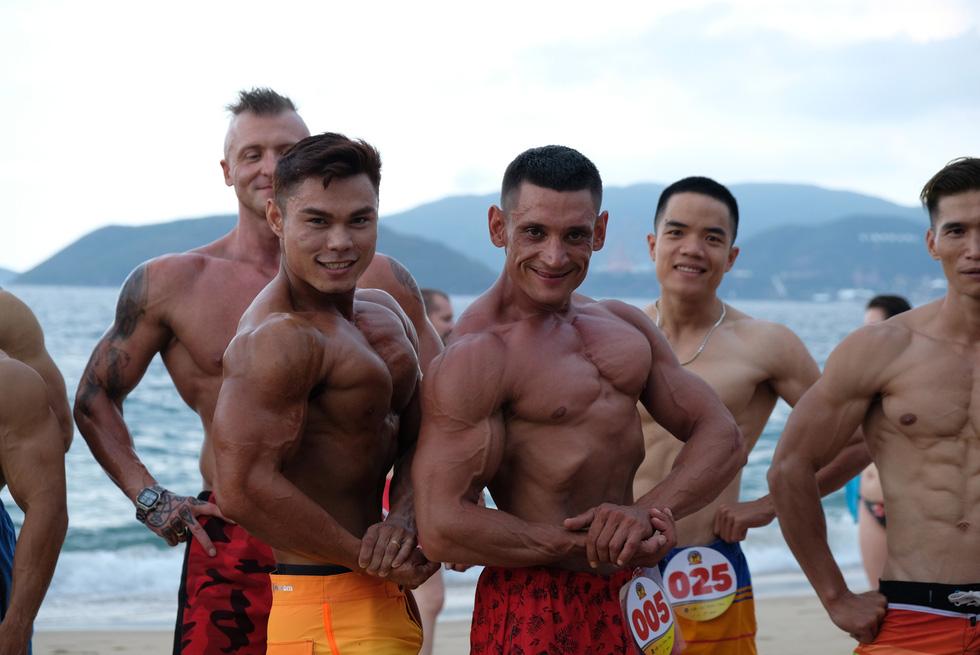 100 vận động viên biểu diễn cơ thể cường tráng bên bờ biển - Ảnh 10.