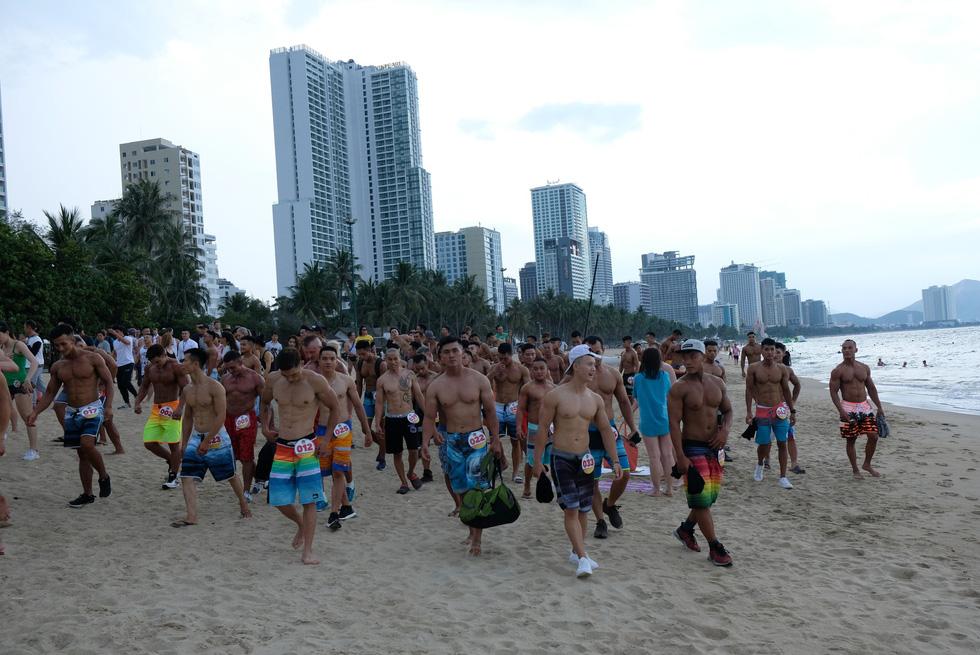 100 vận động viên biểu diễn cơ thể cường tráng bên bờ biển - Ảnh 4.