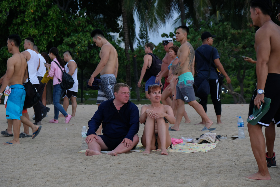 100 vận động viên biểu diễn cơ thể cường tráng bên bờ biển - Ảnh 6.