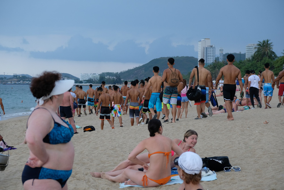 100 vận động viên biểu diễn cơ thể cường tráng bên bờ biển - Ảnh 3.