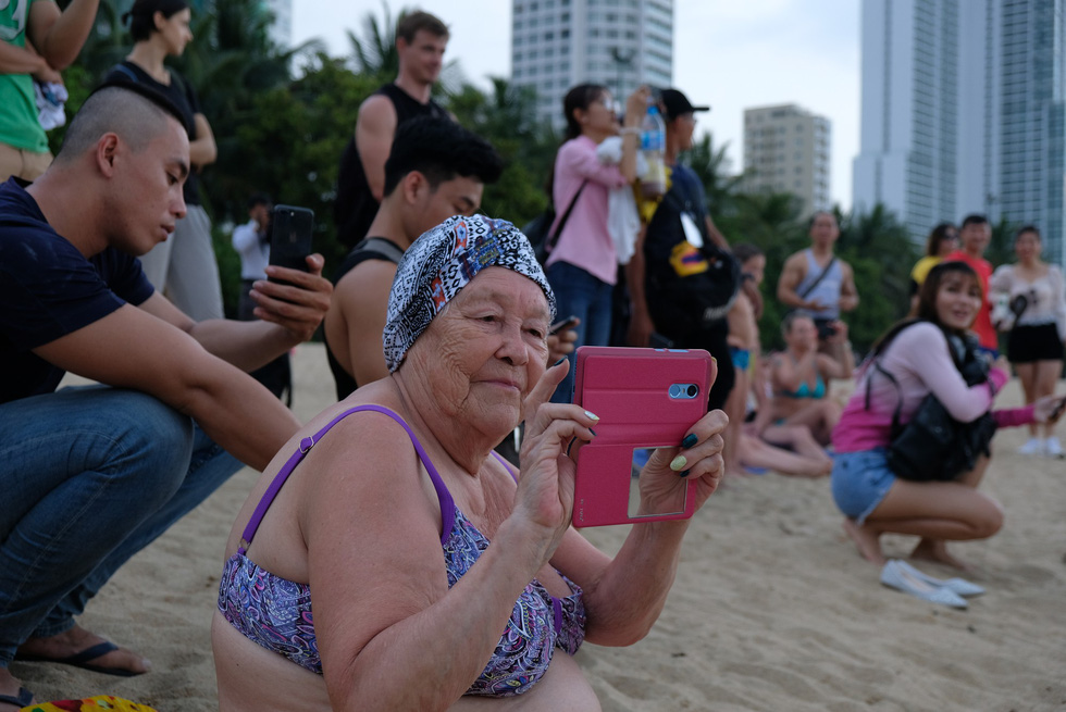 100 vận động viên biểu diễn cơ thể cường tráng bên bờ biển - Ảnh 7.