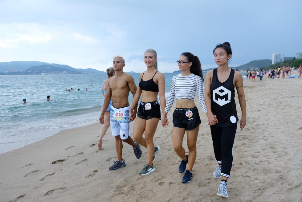 100 vận động viên biểu diễn cơ thể cường tráng bên bờ biển - Ảnh 14.