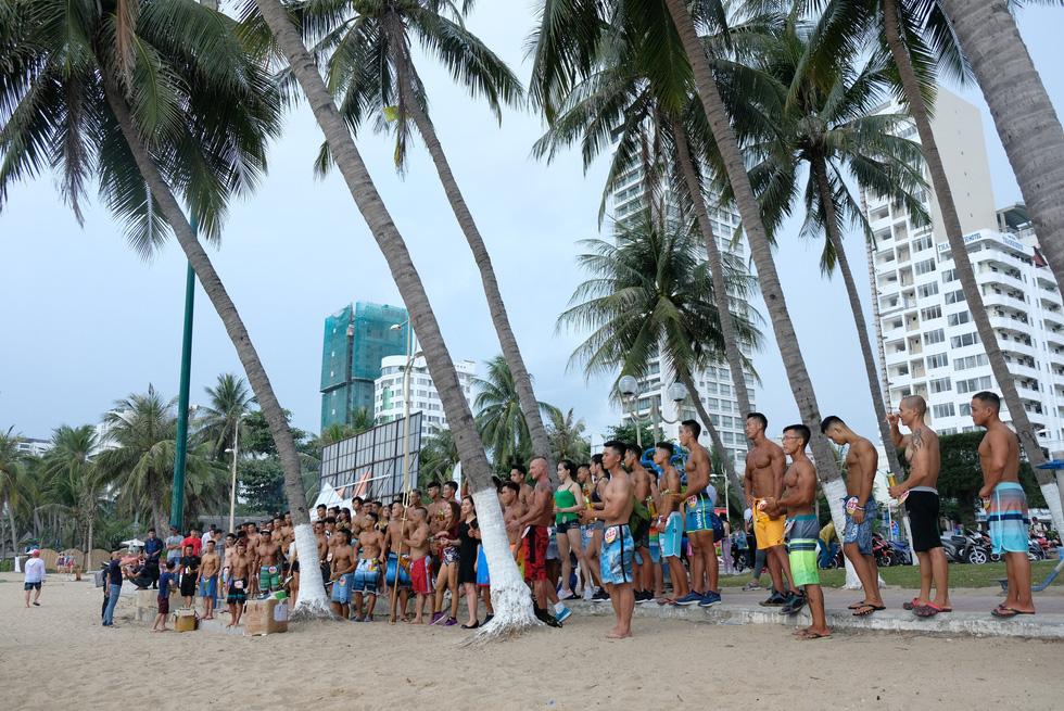 100 vận động viên biểu diễn cơ thể cường tráng bên bờ biển - Ảnh 15.