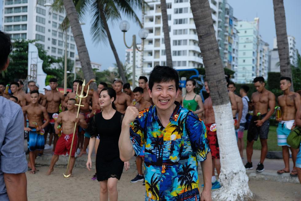 100 vận động viên biểu diễn cơ thể cường tráng bên bờ biển - Ảnh 12.