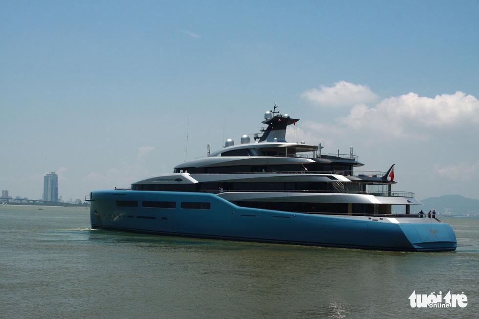Du thuyền 150 triệu USD của ông chủ đội bóng Tottenham Hotspur cập cảng Tiên Sa - Ảnh 2.