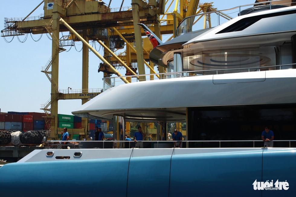 Du thuyền 150 triệu USD của ông chủ đội bóng Tottenham Hotspur cập cảng Tiên Sa - Ảnh 4.