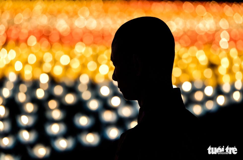 Rực rỡ đêm hoa đăng cầu quốc thái dân an Đại lễ Phật đản 2019 - Ảnh 8.